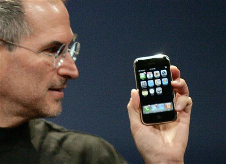 Steve Jobs unveils iphone